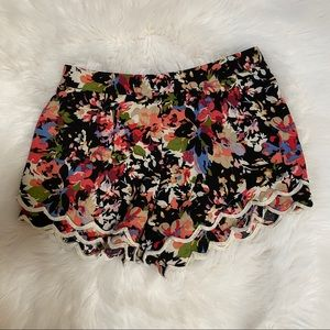 Lush scallop hem shorts
